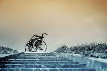 kørestol for enden af en trappe © KirstenKKester.com   Kirsten K. Kester