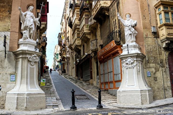 Statuer på gadehjørner, og lukkede balkoner © Kirsten K. Kester.com | Kirsten K. Kester